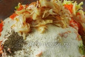 Оладьи из кабачков с морковью: Добавить обжаренный лук
