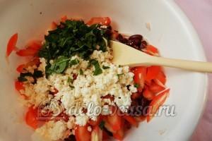 Салат с фасолью и помидорами: Добавить базилик в салат