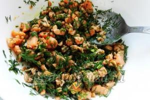 Огуречный суп с семгой: Перемешать рыбу с укропом