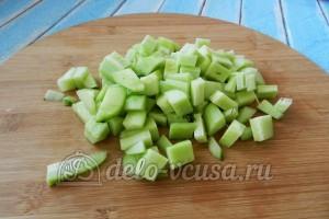 Огуречный суп с семгой: Огурцы порезать кубиками