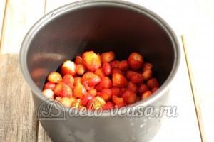 Клубничное варенье в мультиварке: Сложить ягоды в чашу мультиварки