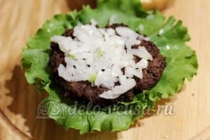 Домашний гамбургер: Кладем котлету и посыпаем луком