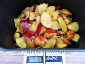 Варенье из нектаринов в хлебопечке: Загрузить фрукты в чашу хлебопечки