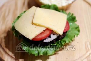 Домашний гамбургер: Кладем сыр и помидоры