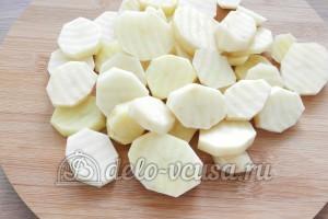 Свинина с овощами в духовке: Порезать картошку