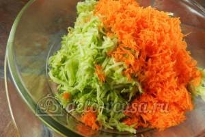 Оладьи из кабачков с морковью: Соединить ингредиенты