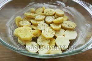 Свинина с овощами в духовке: Посолить и поперчить картошку