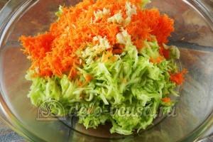 Оладьи из кабачков с морковью: Добавить чеснок