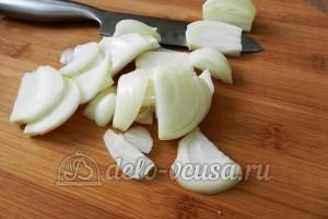 Свинина с овощами в духовке: Репчатый лук порезать