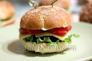 Домашний гамбургер: Закрепить гамбургер шпажкой