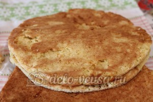 Медовый торт: Смазываем коржи кремом
