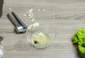 Листовой салат с чесноком: Готовим заправку