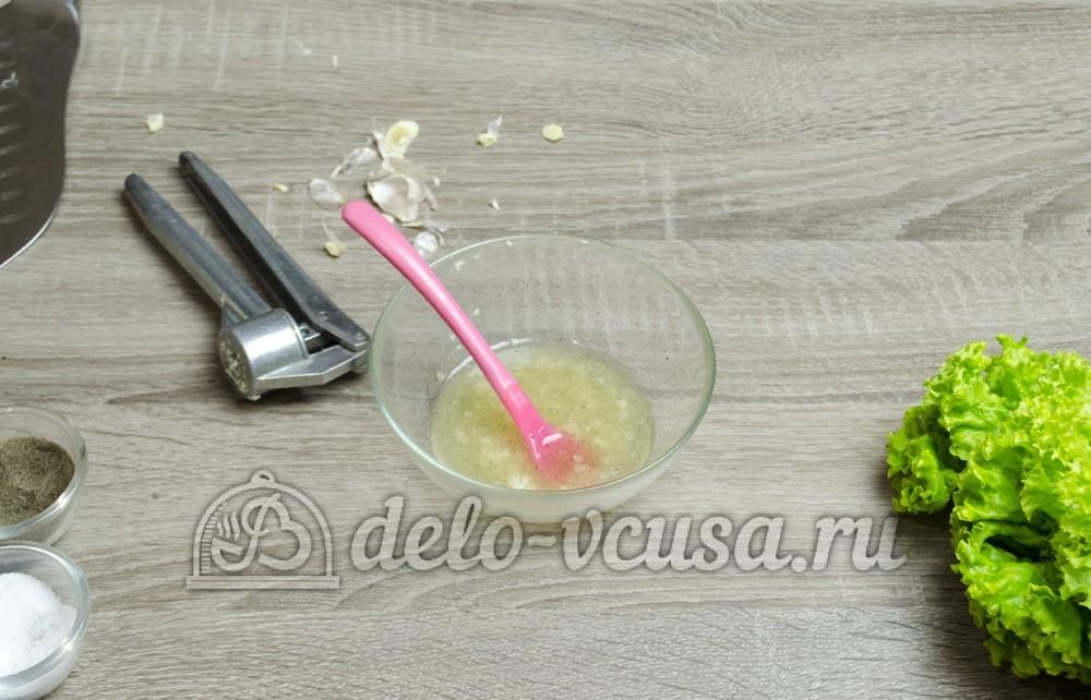 Листовой салат с чесноком: Хорошо перемешиваем заправку