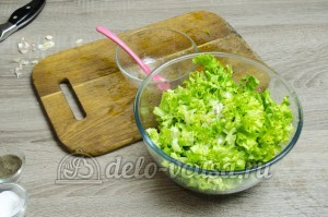 Листовой салат с чесноком: Заправить салат