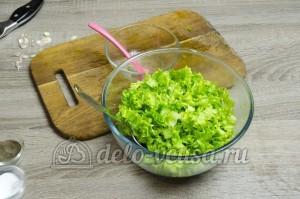 Листовой салат с чесноком: Салат перемешать