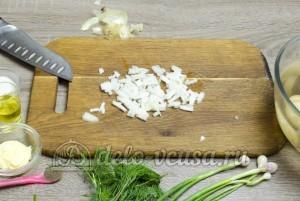 Молодая картошка с укропом: Репчатый лук порезать