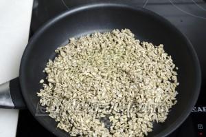 Жареные семечки подсолнуха: Высыпаем семечки на разогретую сковородку