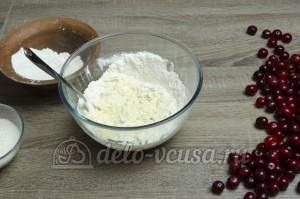 Вареники с вишней: Перемешиваем тесто