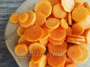 Овощная приправа: Морковь очистить и порезать кружочками