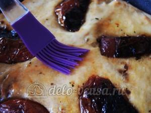 Фокачча с вялеными помидорами: Смазать лепешку маслом