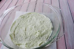 Пирог с яйцом и укропом: Вливаем в форму часть теста