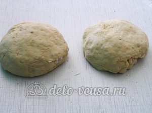 Пицца с тунцом: Делим тесто на 2 части