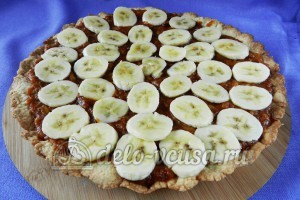 Банановый пирог: Кладем слой из банана