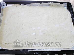 Пицца с тунцом: Тесто переложить на противень