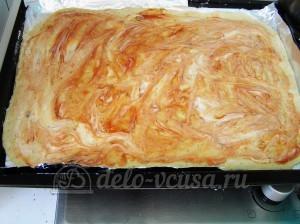 Пицца с тунцом: Смазать тесто томатным соусом и майонезом