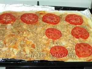 Пицца с тунцом: Кладем помидоры на пиццу