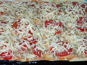 Пицца с тунцом: Посыпаем тертым сыром