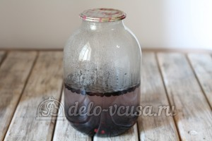Компот из черной смородины: Залить ягоды кипятком