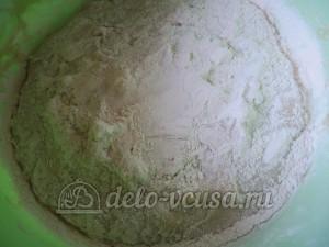 Фокачча с вялеными помидорами: Добавить пшеничную муку