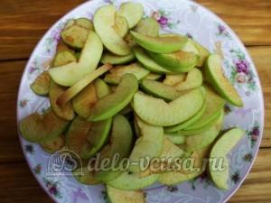 Сушка из яблок: Нарезать яблоки тонкими ломтиками