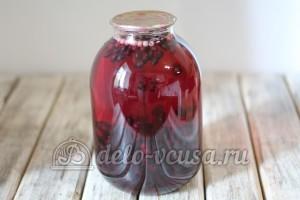 Компот из черной смородины: Залить ягоды сиропом