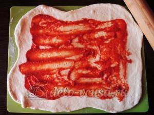 Стромболи: Смазываем томатным соусом