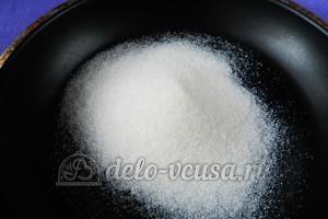 Банановый пирог: Высыпаем сахар на сковородку