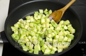 Гарнир из кабачков: Кладем кабачки на разогретую сковородку