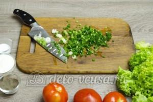 Салат из помидоров со сметаной: Зеленый лук помыть и мелко порезать