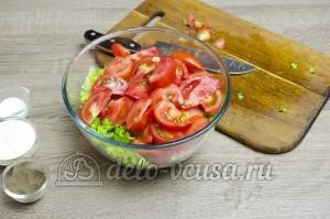 Салат из помидоров со сметаной: Порезать помидоры