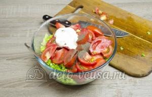 Салат из помидоров со сметаной: Добавляем сметану и специи