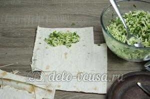 Лаваш с сыром и зеленью: Начинку кладем на лаваш