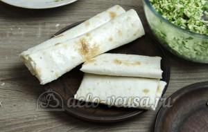 Лаваш с сыром и зеленью: Смазываем маслом