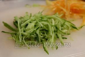 Салат фунчоза: Огурец порезать тонкой соломкой