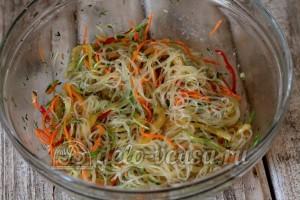 Салат фунчоза: Заправить салат