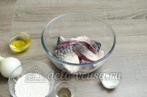 Жареный карась: Добавить к рыбе лимонный сок