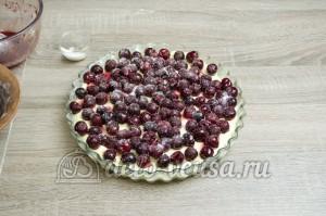 Пирог с вишней: Сверху выкладываем вишни