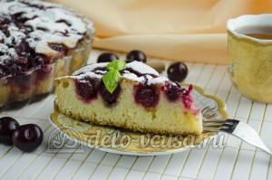 Пирог с вишней: Нарезать пирог на порционные кусочки