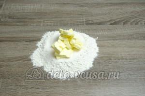 Пирог с черникой: Добавить кубики сливочного масла