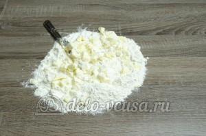 Пирог с черникой: Покрошить масло и муку ножом